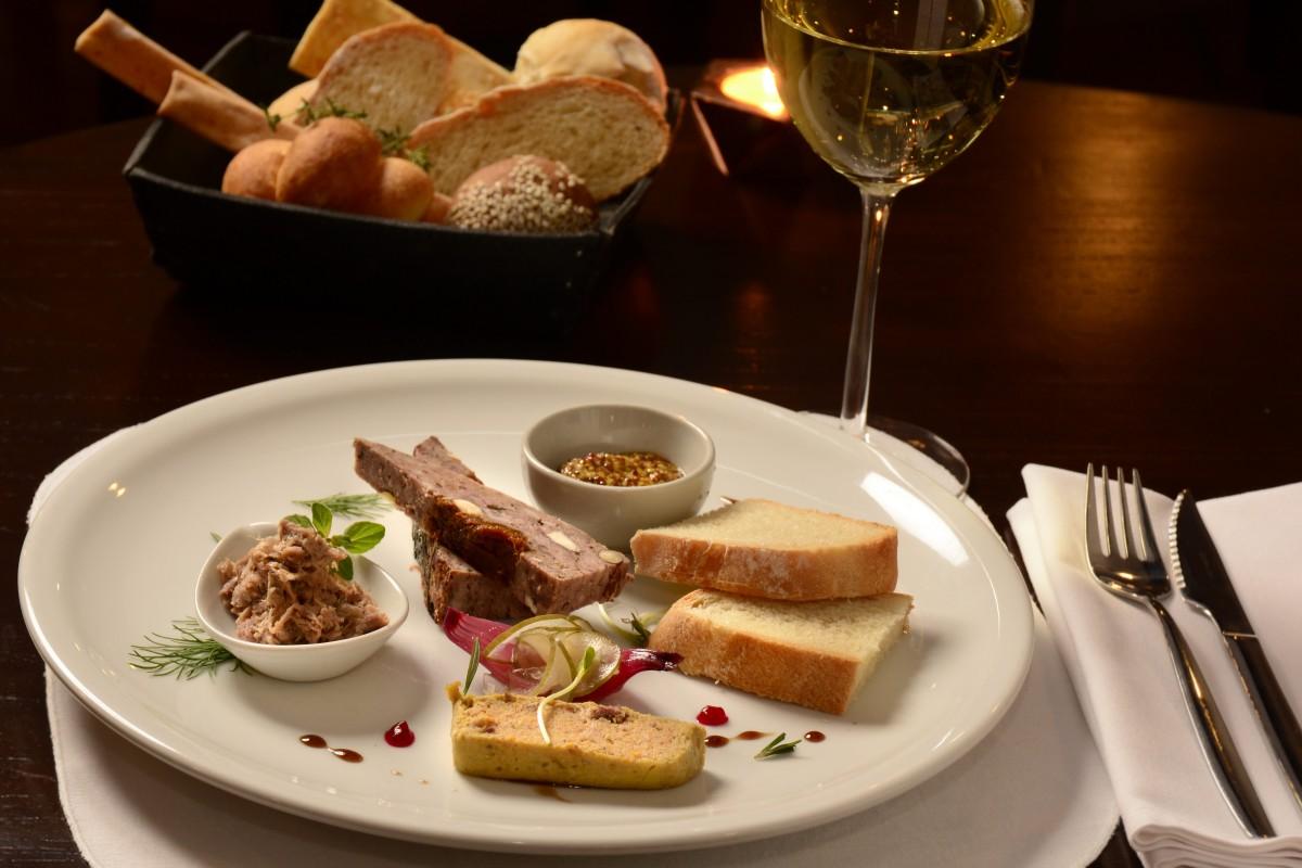 Degustación de terrine, pate, rillette con mostaza y pan casero  (1)