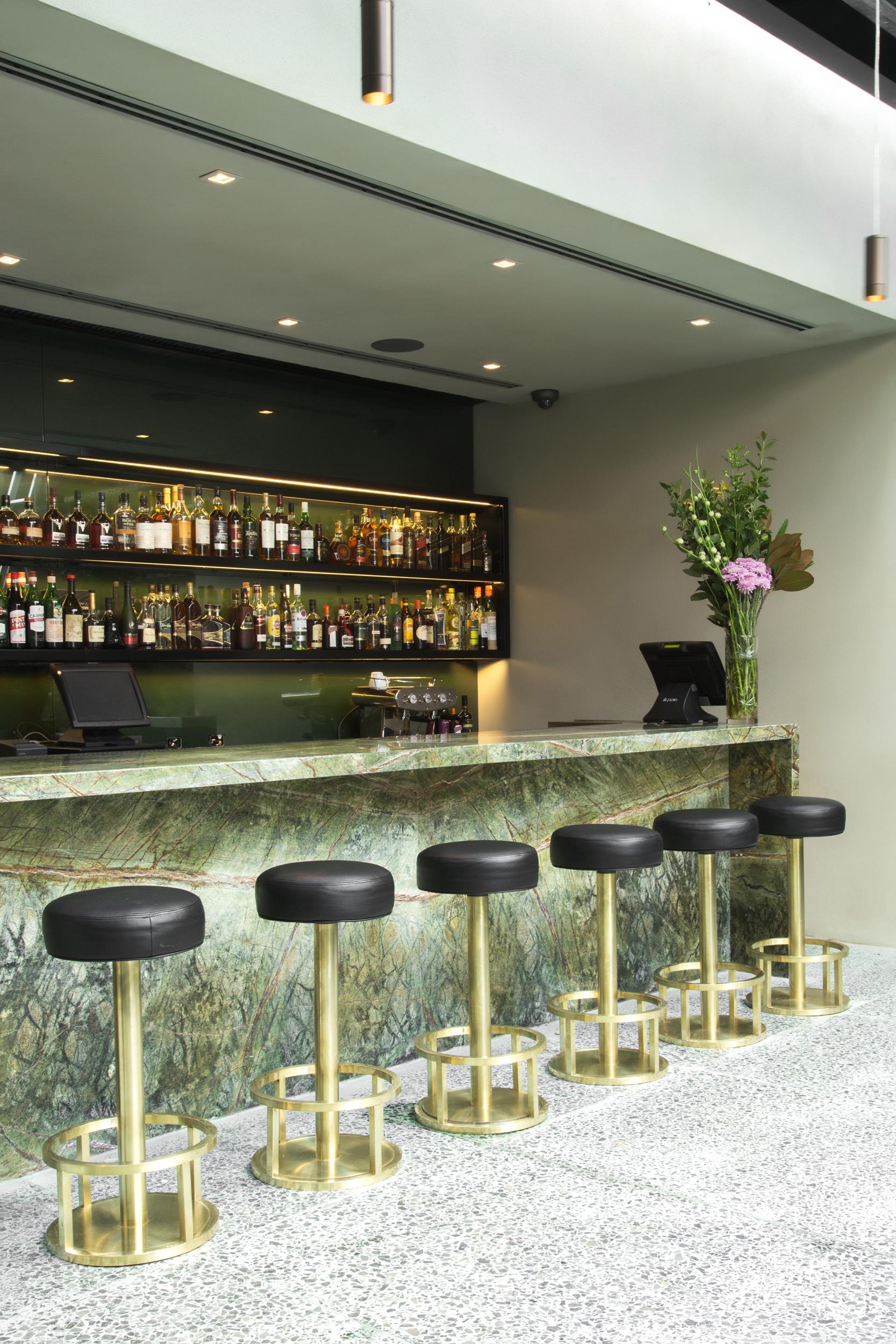 Primavera desde la banqueta diez barras al aire libre for Muebles para pub