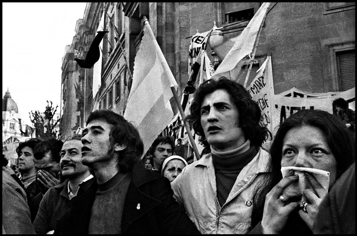 Sara Facio. Asume Campora. Plaza de Mayo 25.05.1973