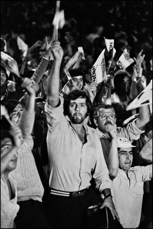 Sara Facio. Asume Perón. Muchacho en Plaza de Mayo. 12.10.1973