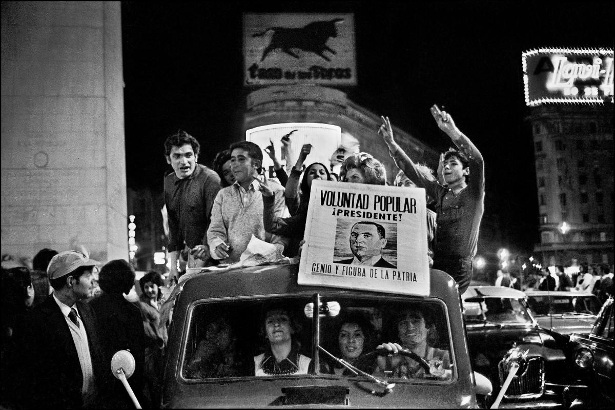Sara Facio. Festejos en el Obelisco 17.11.1972