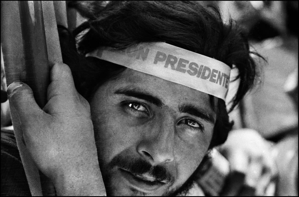 Sara Facio. Muchacho en Plaza de Mayo. 12.10.1973